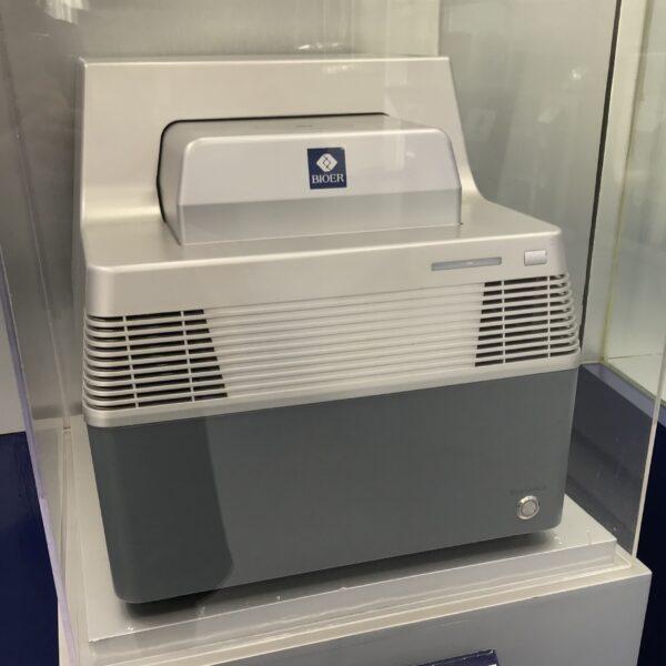 Фотография термоциклера в реальном времени на 96 лунок LineGene 9600 Plus